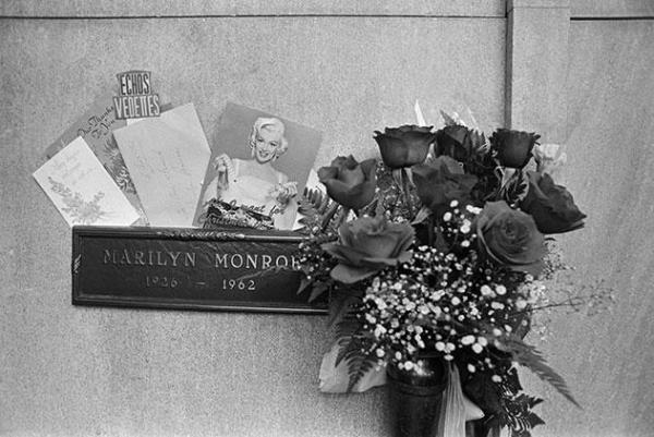 Marilyn Monroe grave flowers