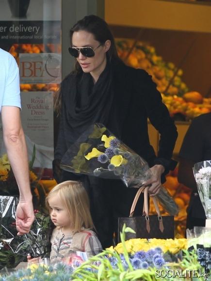 angelina-jolie-vivienne-flower-shop-london-07232011-12-435x580