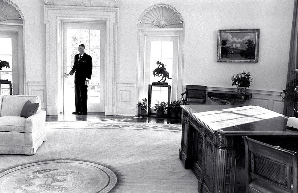 Reagans-last-look-at-the-Oval-office.jpg