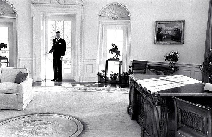 Reagans-last-look-at-the-Oval-office.jpg