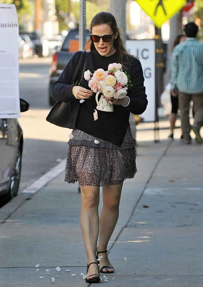 jennifer-garner-bringing-flowers-to-rose-restaurant-in-venice-beach-11-11-2016_5.jpg